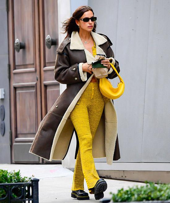 Ирина Шейк в вязаных костюме идет по Нью-Йорку