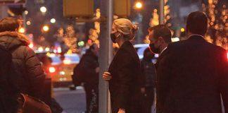 Иванка Трамп в брюках клеш, классическом пальто, замшевых ботильонах и большой сумкой