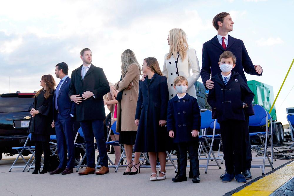 Иванка Трамп с семьей провожает Дональда и Меланию во Флориду