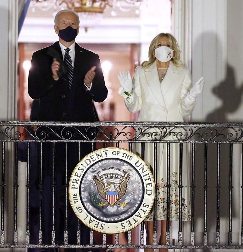 Джилл Байден в белом пальто на балконе Белого дома