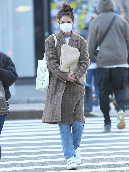 Кэти Холмс в пальто