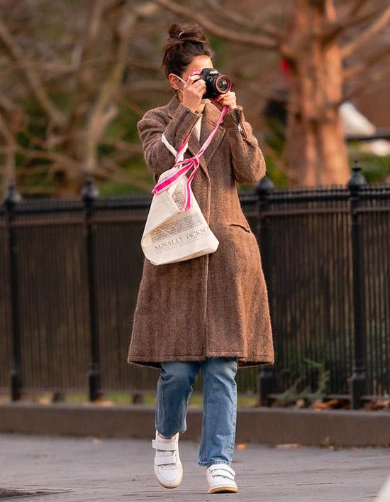 Кэти Холмс в пальто и джинсах