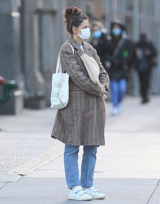 Кэти Холмс в джинсах и кроссовках