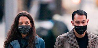Кэти Холмс в джинсовом пальто, белых кедах и красным маникюром гуляет по Нью-Йорку