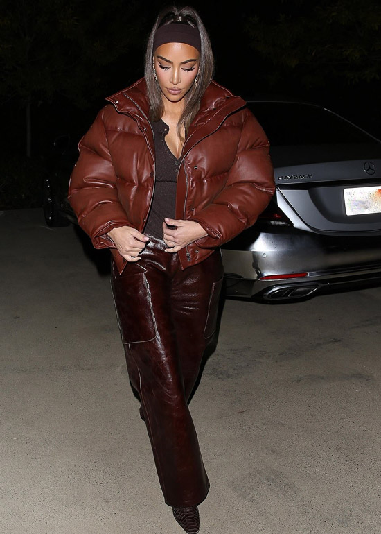 Ким Кардашьян в широких кожаных брюках