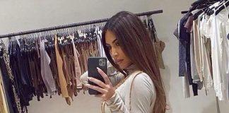 Ким Кардашьян в обтягивающем платье и босоножках с языками пламени позирует в своей гардеробной