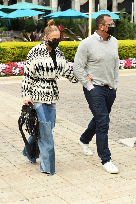 Дженнифер Лопес в кардигане и джинсах
