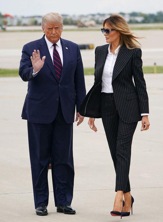 Мелания Трамп в костюме в полоску