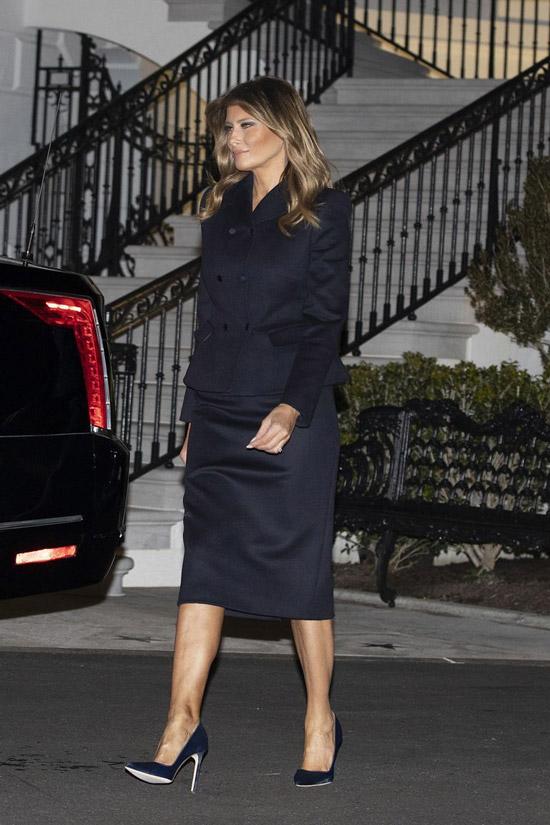 Мелания Трамп в синей юбке и жакете