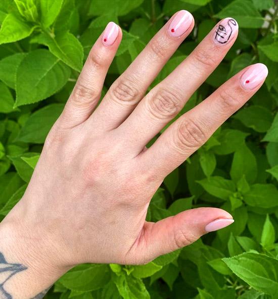 Бледно-розовый маникюр в стиле Пикассо