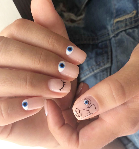 Сине-белый маникюр в стиле Пикассо