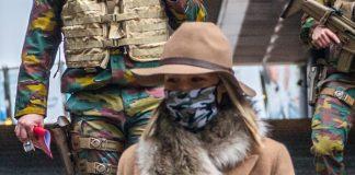 Министр обороны Бельгии в двубортном пальто, модных ботильонах и милой шляпе