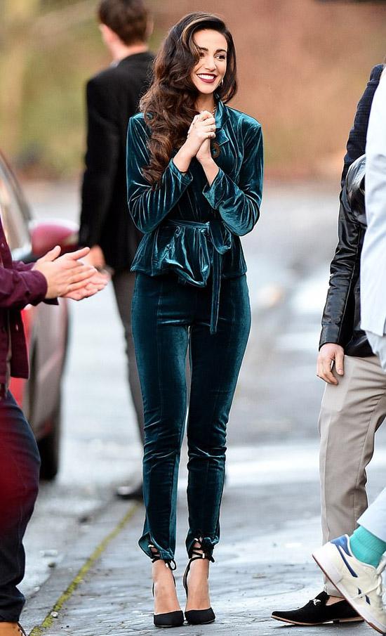 Мишель Киган в изумительном бархатном костюме