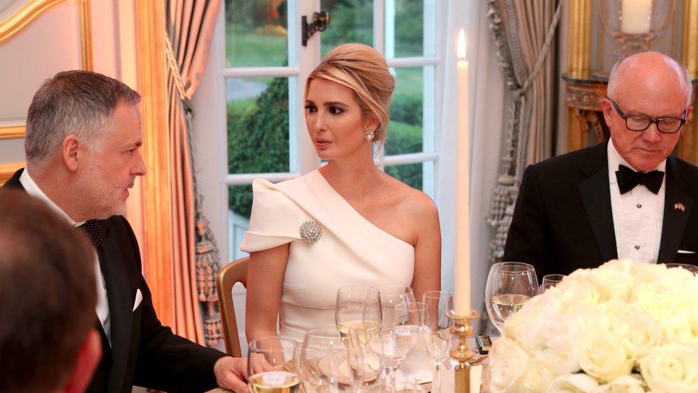 Иванка Трамп в белом асимметричном платье