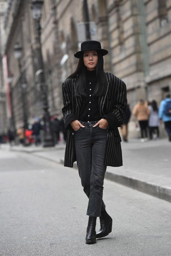 Девушка в серых джинсах и шляпе