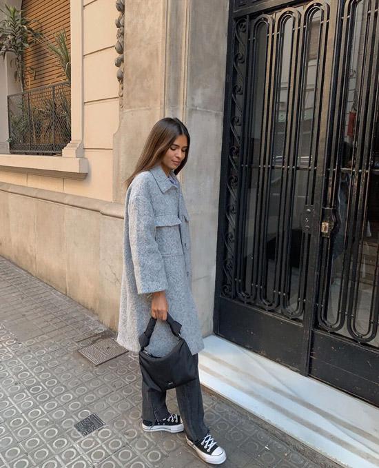 Девушка в серых джинсах и пальто