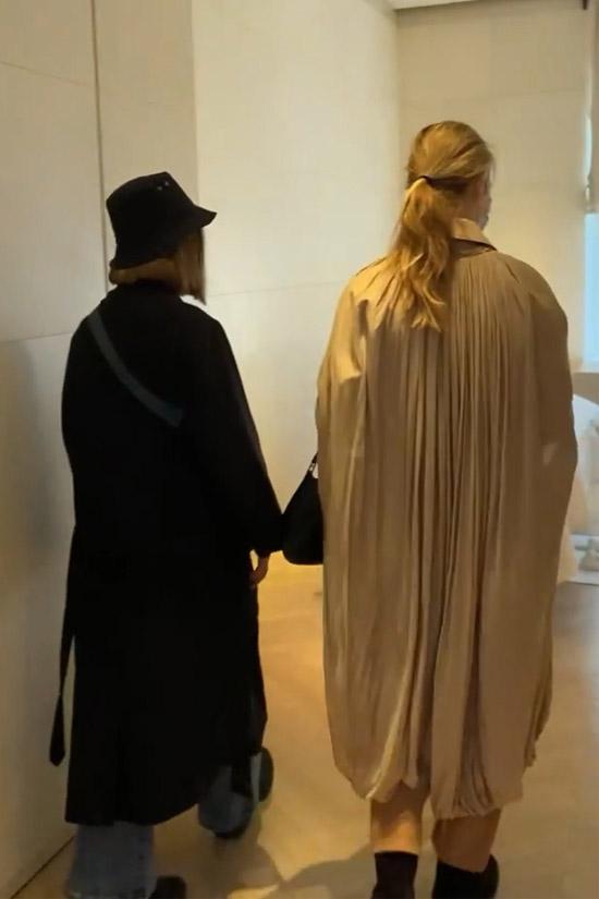 Наталья Водянова в плаще и брюках