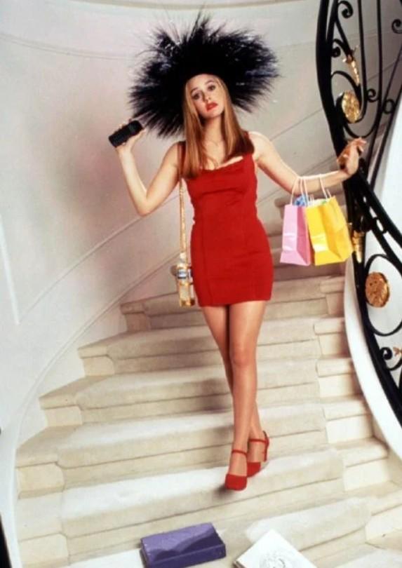 Алисия Сильверстоун в красном мини платье и туфлях, необычная черная шляпа