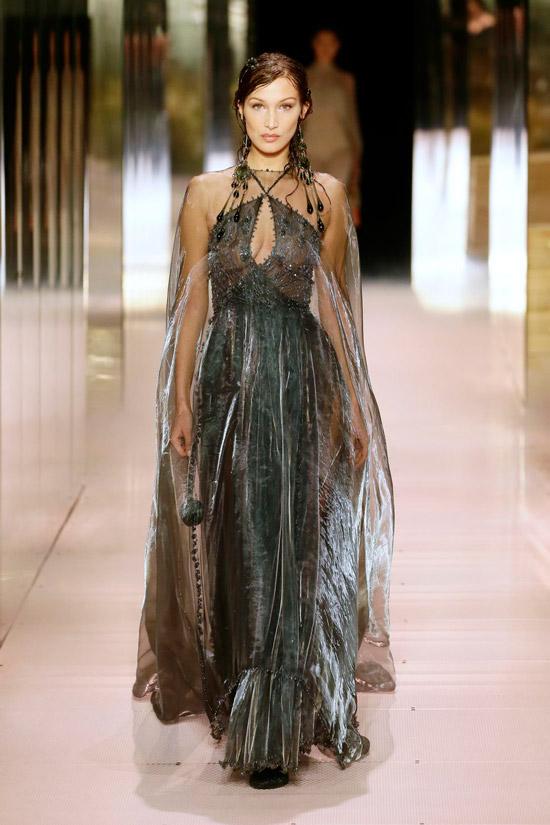 Белла Хадид в сером вечернем платье с блестками и прозрачной накидкой от Fendi