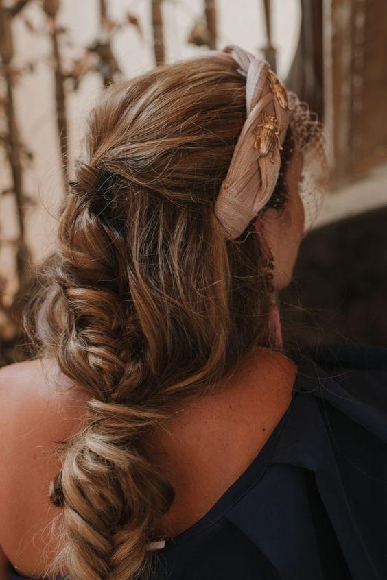 Девушка с бежевым ободком на длинных волосах