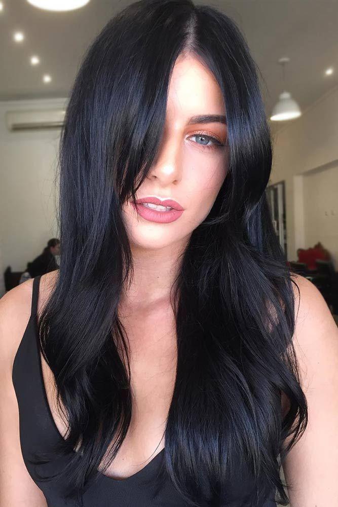 Девушка с черными длинными волосами с легкими волнами