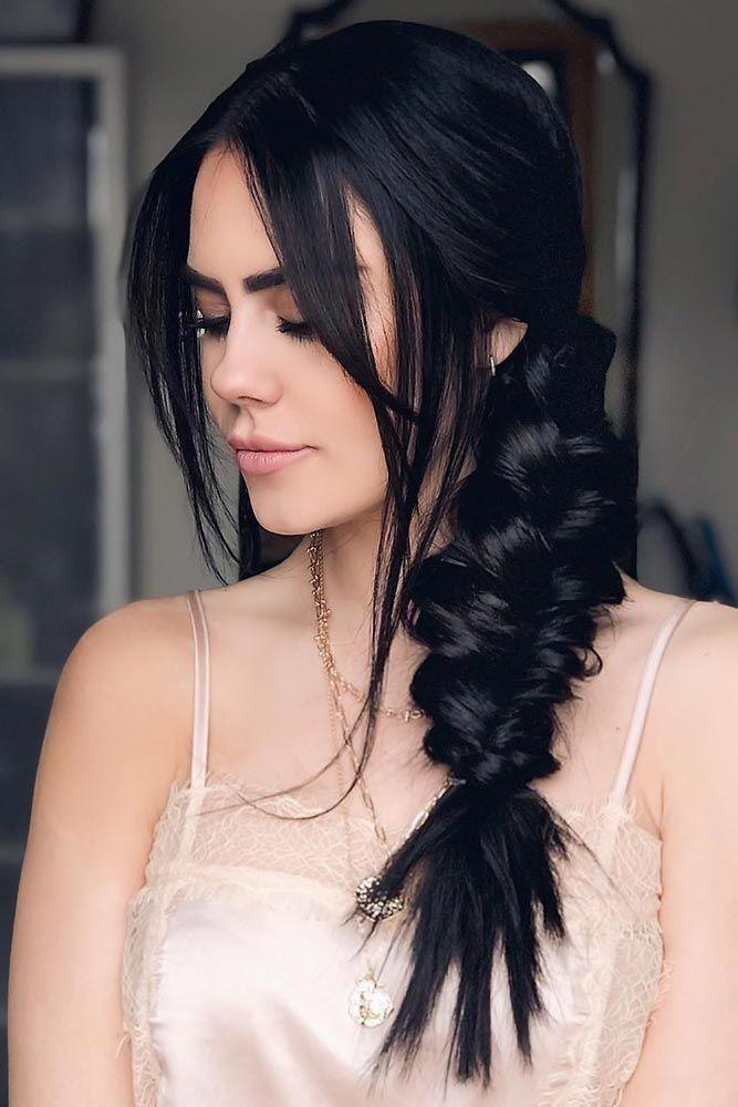 Девушка с черными волосами с выпущенными передними прядями
