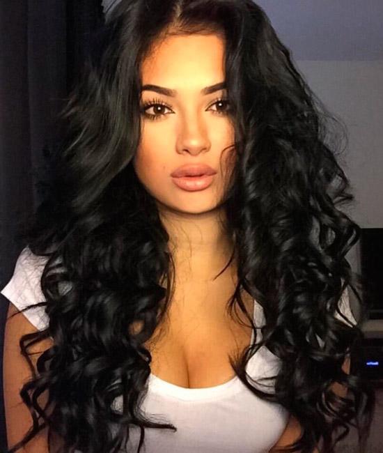 Девушка с длинными черными волосами с кудрями