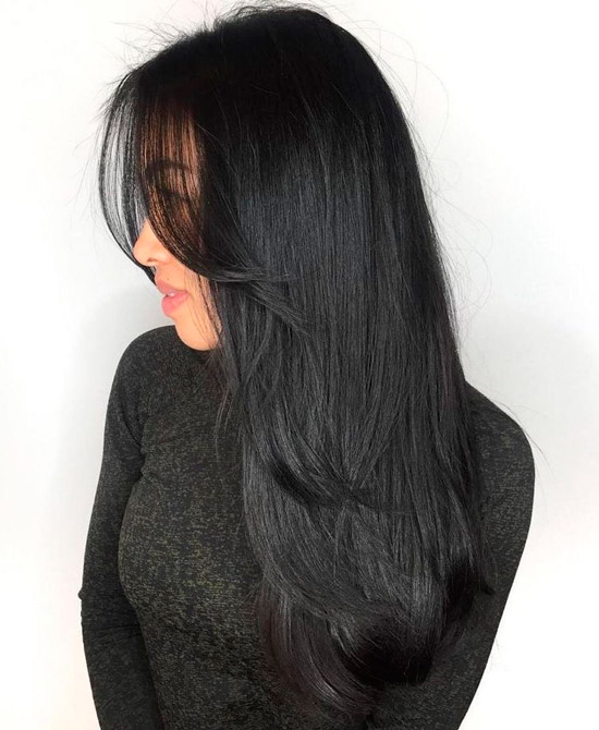 Девушка с короткими черными волосами с пробором посередине