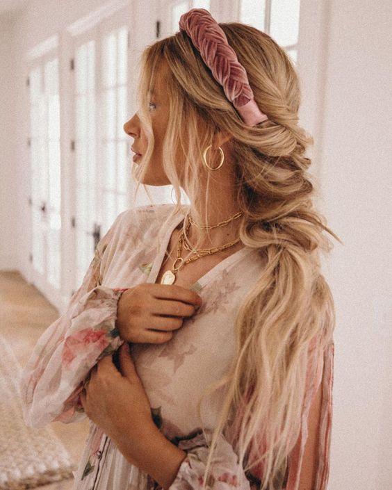 Девушка с длинными светлыми волосами с бархатной повязкой