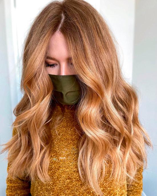 Девушка с длинными волосами карамельного цвета с легкими волнами