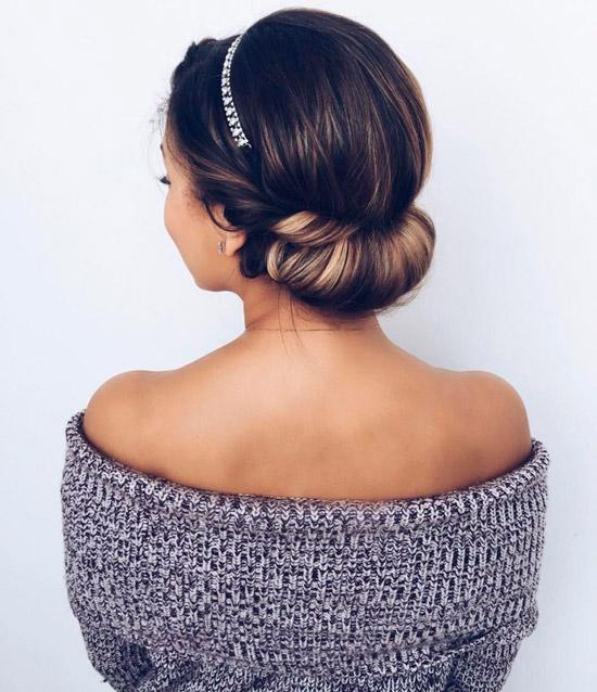 Девушка с греческой прической и простой повязкой на темных волосах