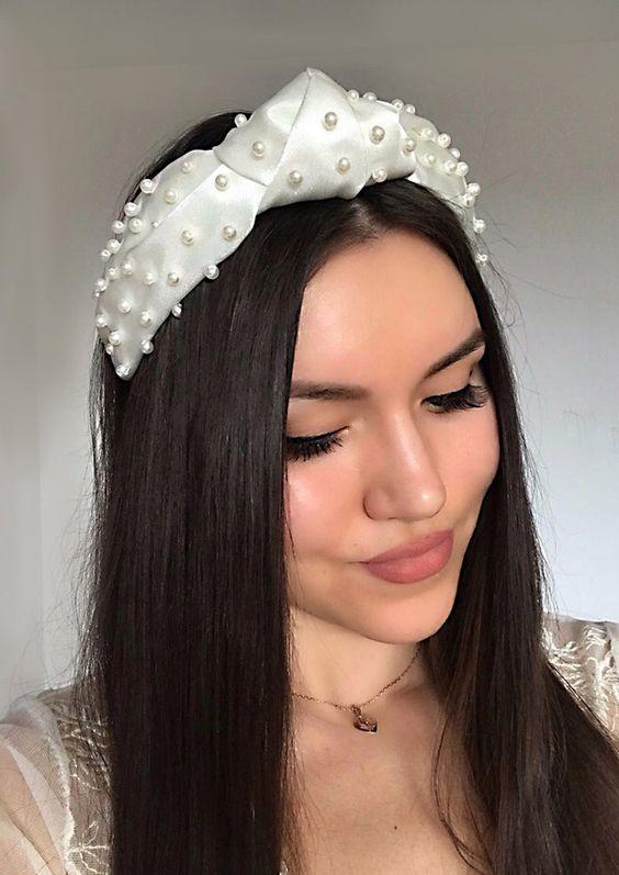 Девушка с прямыми распущенными волосами, белый ободок с бусинами дополняет образ