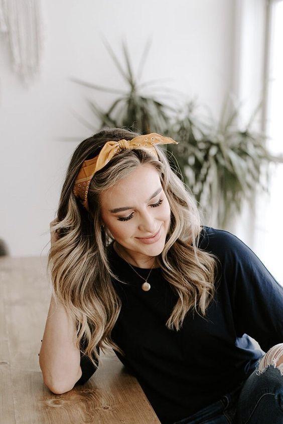 Девушка с распущенными волосами с легкими волнами и с желтой повязкой