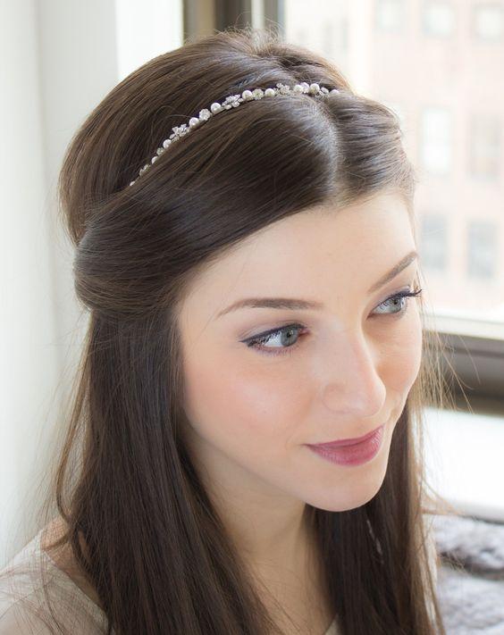 Девушка с распущенными волосами с простым тонким ободком