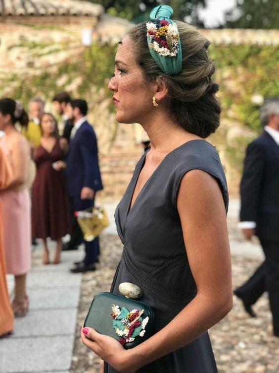 Девушка с собранными волосами, украшенные зеленым ободком с цветами