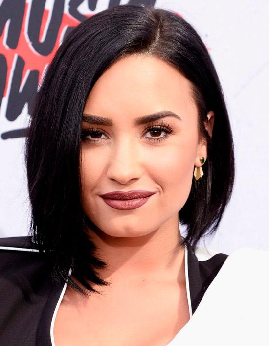 Девушка с темными черными волосами с пробором на одну сторону