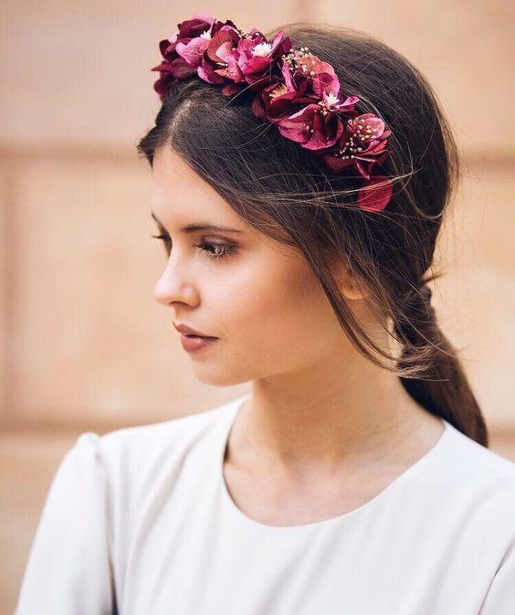 Девушка с темными волосами собранными в низкий хвост и цветочный ободок