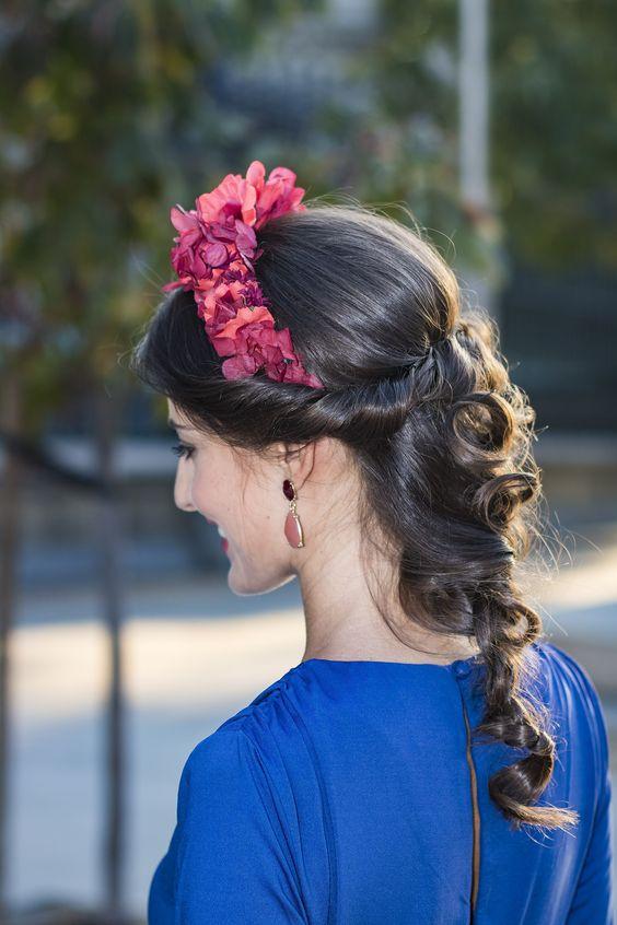 Девушка с вечерней прической на темных волосах, образ дополняет цветочный ободок
