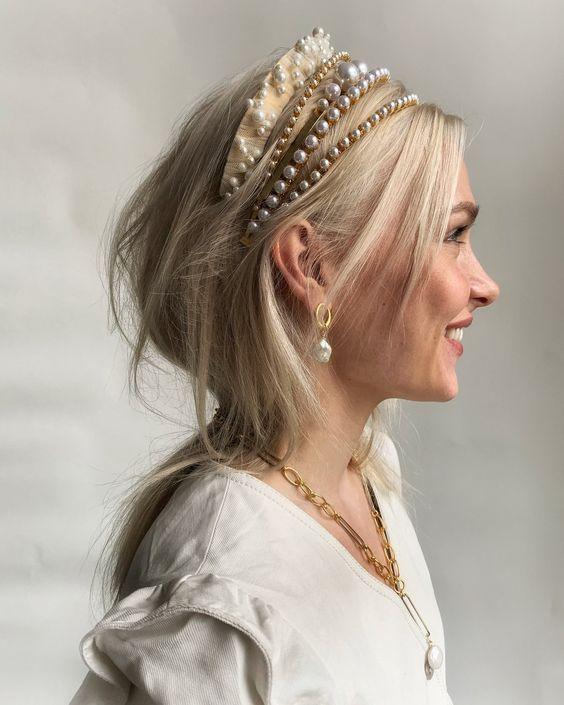 Девушка со светлыми волосами, прическу дополняют несколько шикарных ободков
