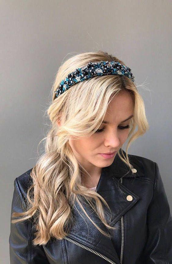 Девушка со светлыми волосами собранными в хвост с красивым ободком с бусинами и стразами
