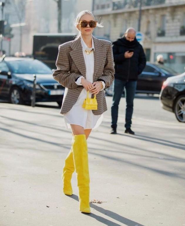 Девушка в белой рубашке оверсайз, пиджак в клетку и желтые ботфорты завершают образ