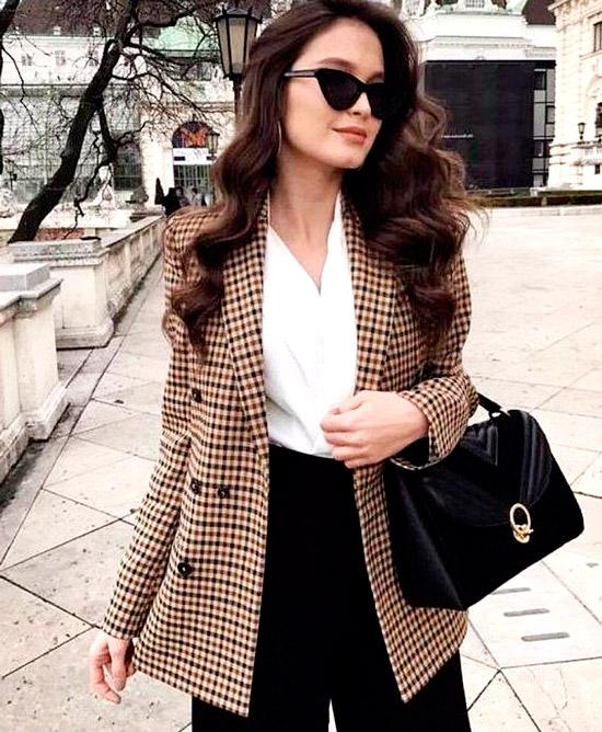 Девушка в деловом образе - черные широкие брюки, белая блуза и коричневый блейзер в клетку