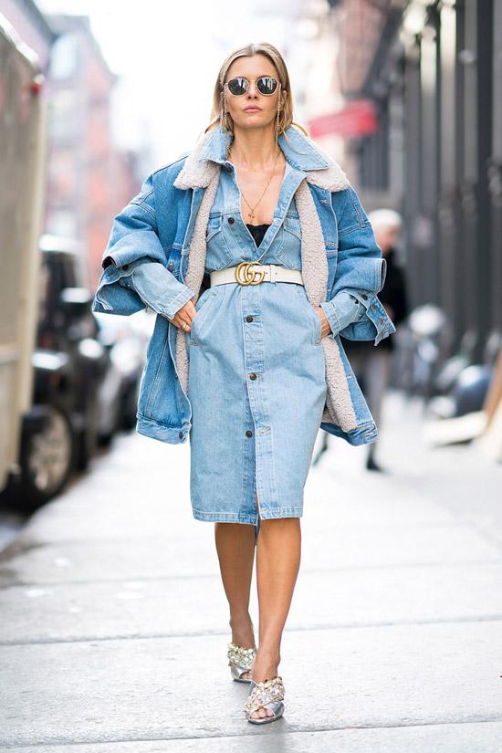 Девушка в джинсовом платье с поясом и теплая джинсовая куртка
