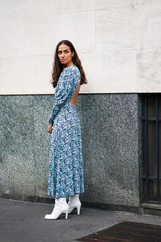 Девушка в голубом длинном платье с открытой спиной и белых сапогах