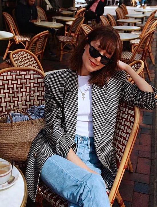 Девушка в голубых джинсах, белая футболка и серый блейзер в клетку - отличный повседневный образ