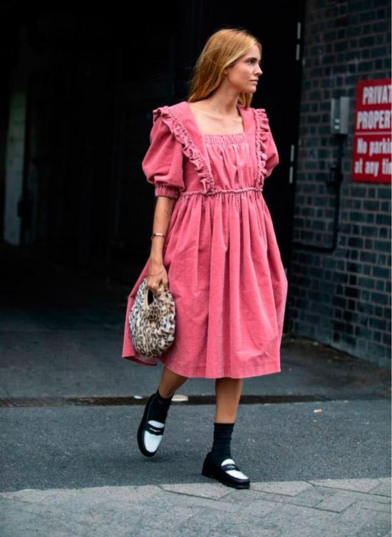 Девушка в нежном розовом платье ниже колен и черно-белые лоферы