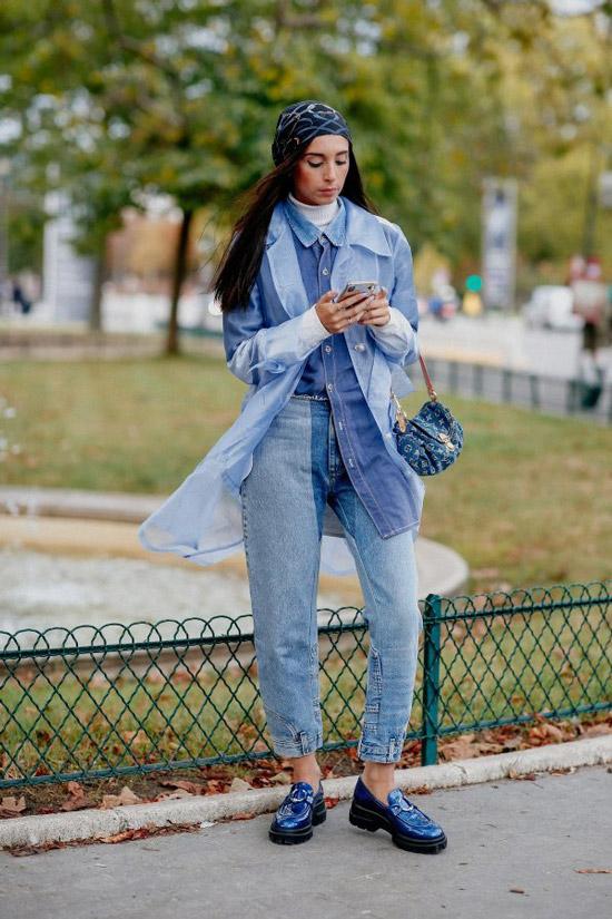 Девушка в полностью джинсовом образе со штанами, рубашкой и плащом, образ дополняют синие лакированные лоферы на платформе