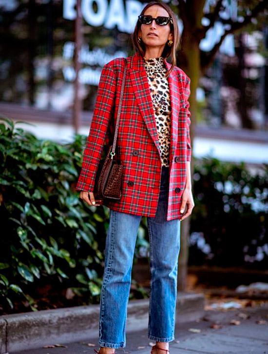 Девушка в прямых джинсах, леопардовая водолазка и красный пиджак оверсайз завершает образ
