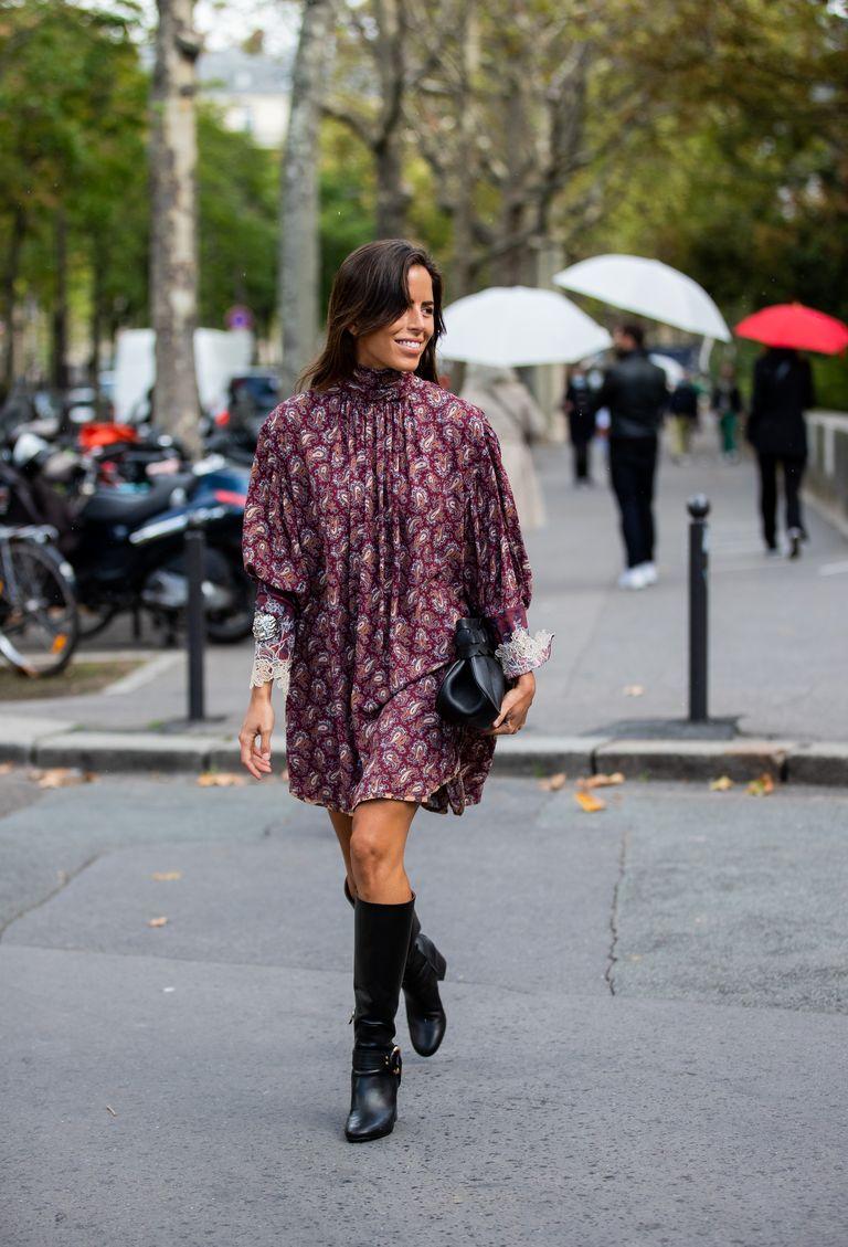Девушка в свободном коротком платье бордового цвета с принтом и черные сапоги