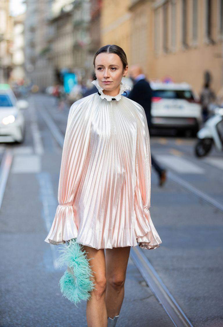 Девушка в воздушном мини платье в складку с длинными рукавами